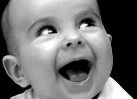 смеющийся малыш